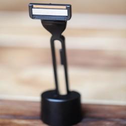 Dárková sada TITAN - černý holící strojek s podstavcem a náhradní hlavicí ve stylové krabičce